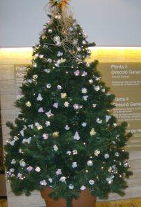 arbre de nadal reciclat amb oueres